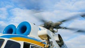 Cierre militar del detalle de la cuchilla de rotor del helicóptero para arriba almacen de metraje de vídeo