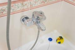 Cierre moderno del grifo del cromo del cuarto de baño para arriba Imagen de archivo libre de regalías