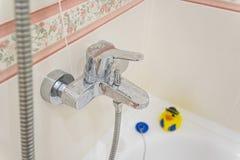 Cierre moderno del grifo del cromo del cuarto de baño para arriba Fotos de archivo