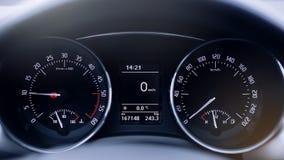 Cierre moderno del velocímetro del coche para arriba imagenes de archivo