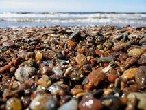 Cierre mojado del guijarro de la playa de las piedras y de la arena del verano para arriba foto de archivo libre de regalías