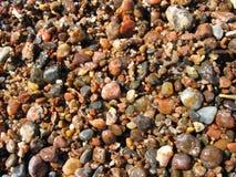 Cierre mojado del guijarro de la playa de las piedras y de la arena del verano para arriba fotos de archivo