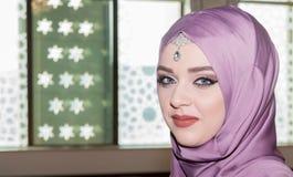 Cierre musulmán joven de la muchacha encima del retrato Foto de archivo