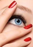 Cierre negro del maquillaje de la flecha del encanto con rojo de la moda Fotos de archivo libres de regalías