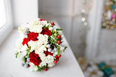 Cierre nupcial del ramo para arriba rosas rojas y blancas, fresia, brunia adornadas en la composición Imagen de archivo libre de regalías