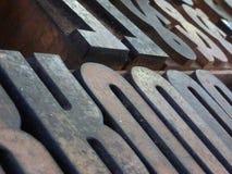 Cierre oblicuo de la macro encima de las letras en bloques del metal grande de la visión usadas Imagen de archivo
