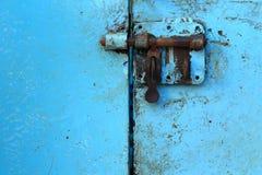 Cierre oxidado en la puerta pintada vieja del metal Imágenes de archivo libres de regalías