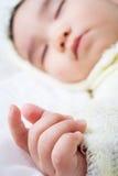 Cierre para arriba de la mano del bebé Fotos de archivo