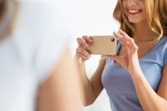 Cierre para arriba de la muchacha adolescente que toma la imagen por smartphone Fotografía de archivo libre de regalías