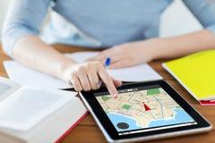 Cierre para arriba de la mujer con el mapa del navegador en la PC de la tableta Imágenes de archivo libres de regalías