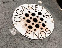 Cierre para arriba de la rejilla del metal con los agujeros en el compartimiento para los extremos de cigarrillo Fotografía de archivo