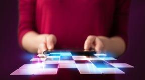 Cierre para arriba de la tableta de la tenencia de la mano con el uso cibernético Imagen de archivo
