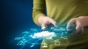 Cierre para arriba de la tableta de la tenencia de la mano con tecnología de red de la nube imagen de archivo libre de regalías