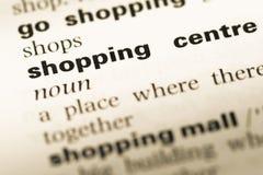 Cierre para arriba de la vieja página inglesa del diccionario con el centro comercial de la palabra Imagenes de archivo
