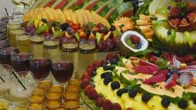 Cierre para arriba de las frutas frescas en una comida fría almacen de metraje de vídeo