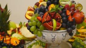 Cierre para arriba de las frutas frescas en una comida fría almacen de video