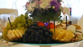 Cierre para arriba de las frutas frescas en una comida fría metrajes