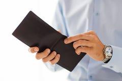 Cierre para arriba de las manos del hombre de negocios que sostienen la cartera abierta Imagen de archivo libre de regalías
