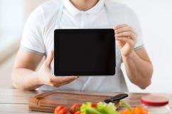 Cierre para arriba de las manos masculinas que sostienen la PC de la tableta Fotos de archivo