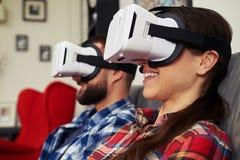 Cierre para arriba de pares en los vidrios de la realidad virtual ese que miran algo Foto de archivo libre de regalías