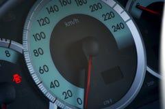 Cierre para arriba de un speedmeter moderno del coche Imagen de archivo