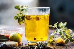 Cierre para arriba de una bebida tradicional i del sumer e PANAKAM con todos sus ingredientes en una superficie de madera foto de archivo