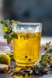 Cierre para arriba de una bebida tradicional i del sumer e PANAKAM con todos sus ingredientes en una superficie de madera imagenes de archivo
