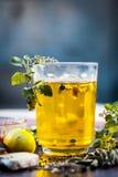 Cierre para arriba de una bebida tradicional i del sumer e PANAKAM con todos sus ingredientes en una superficie de madera fotos de archivo