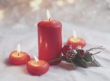 Cierre para arriba de velas y de la guirnalda rojas del día de fiesta Fondo de Bokeh con una profundidad del campo baja Fotografía de archivo libre de regalías