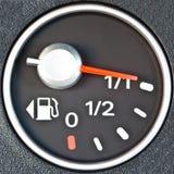 Cierre para arriba del contador de combustible del coche Foto de archivo libre de regalías