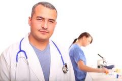 Cierre para arriba del doctor de sexo masculino con una enfermera de sexo femenino Imagen de archivo