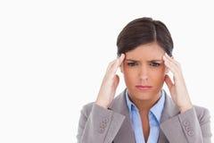 Cierre para arriba del empresario de sexo femenino que tiene un dolor de cabeza Foto de archivo libre de regalías
