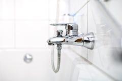 Cierre para arriba del golpecito y de la bañera de lujo del cuarto de baño en hogar contemporáneo Fotos de archivo