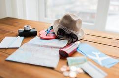 Cierre para arriba del mapa, de los boletos, del dinero y de la materia del viaje Fotografía de archivo libre de regalías