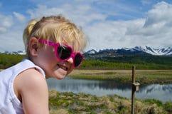 Cierre para arriba del niño en el paseo marítimo Fotos de archivo libres de regalías