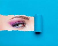 Cierre para arriba del ojo de la mujer con maquillaje rosado Fotos de archivo
