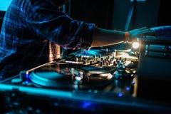 Cierre para arriba del panel de control de DJ que juega música del partido en playe moderno imagen de archivo libre de regalías