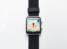 Cierre para arriba del reloj elegante con el mapa del navegador de los gps Imágenes de archivo libres de regalías