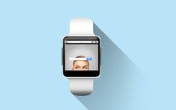 Cierre para arriba del reloj elegante con la barra de la búsqueda de Internet Fotografía de archivo