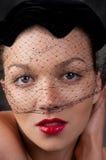 Cierre para arriba del sombrero que desgasta de la mujer con velo del cordón Imagen de archivo