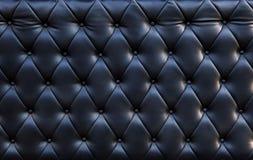 Cierre para arriba del uso de lujo negruzco de la textura del cuero del sofá según lo texturizado Foto de archivo libre de regalías