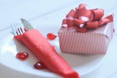 Cierre para arriba el regalo y la tabla fijaron para el día del ` s de la tarjeta del día de San Valentín Imágenes de archivo libres de regalías