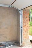 Cierre para arriba en la instalación del carril y de la primavera de los posts de Profil del metal de la puerta del garaje Instal Imagenes de archivo