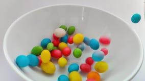 Cierre para arriba en los dulces que caen Fondo dulce colorido del caramelo