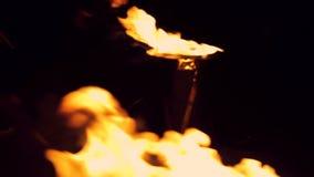 Cierre para arriba Fuego detallado aislado en Hd lleno negro metrajes