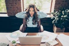 Cierre para arriba la foto hermosa ella su cabeza del control de la señora del negocio oh ningunas ganancias de lanzamiento de la imagen de archivo libre de regalías