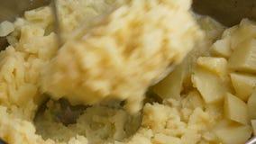 Cierre para arriba Las patatas en el pote se arrugan en un puré almacen de video