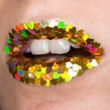 Cierre para arriba los labios coloridos coloridos del encanto con las chispas de la forma del coraz?n, boca abierta, dientes blan fotografía de archivo