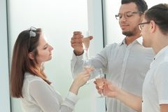 Cierre para arriba los socios comerciales tintinean sus vidrios con el vino imagenes de archivo