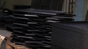 Cierre para arriba muchas hojas de metal mienten en uno a Planta industrial de los productos finales metrajes